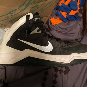 Women's size 9 basketball shoes